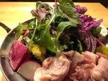 大山地鶏ベジ鍋 1,180円                         野菜がたくさん摂れる♪ 常時10種類以上の旬のたっぷり有機野菜と大山地鶏のコクがたまらない、当店看板料理のお鍋です。 あっさり派のあなたに!