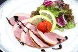 鴨ロース肉のスモークロースト バルサミコソース
