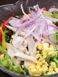 たまごとボイルチキンのシーザーサラダ