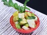 イニミニマニモのカプレーゼ アボカドとトマト・モッツァレラのカプリ風サラダ