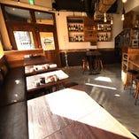 カフェのような店内で焼き鳥を楽しんでください