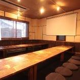当店実は、2階に広々最大【35名様】までOKの完全個室を ご用意しております! 普通の個室を上を行く完全独立タイプの個室となっておりますので やっぱり貸切利用がおすすめです!