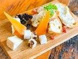 特選チーズ盛り合わせとナッツ