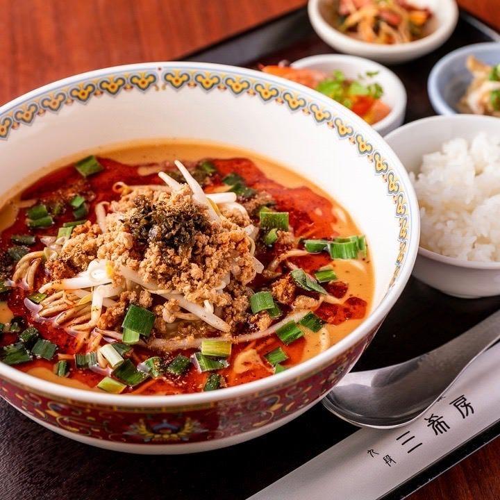 自家製ラー油の辛味とシビレにストレート細麺の食感!名物担担麺