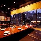 2つの個室は1面ガラス張り。窓の外に広がる、九段下の夜の風景もお楽しみください