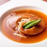 『コミコミ6,500円コース』でお楽しみいただけるフカヒレの姿煮は、ボリュームのあるフカヒレに、滋味深いスープをたっぷり吸わせた極上の逸品