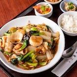 お肉・野菜・海鮮!具材をふんだんに使用した五目あんを、香ばしく焼いた麺にかけた山の幸 海の幸入り五目あんかけ焼きそばのランチ。週替わりで「つゆそば」も登場します!