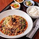 麺のランチも人気!写真は四川の定番「汁なし担担麺」。花椒のしびれと香りが爽やか!ナッツが歯ごたえと風味を添えます