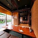 ランチタイムは大きな窓から、やわらかな自然光が差し込みます。本格中華をお気軽にお楽しみください