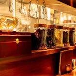 カウンターには中国酒の美しいボトルや、スパイスなどをあしらって