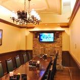 12名様までご利用可能の完全個室。モニター設置でより楽しめます。