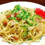 沖縄焼そば ゴーヤー、スパムたっぷりの食事にもつまみにもおススメの一品。