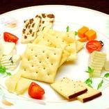 チーズの盛合せ 日替りでバラエティ豊かなチーズを楽しんでください。