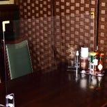 テーブルに飛沫防止プレートの設置