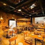 天井が高く、広々とした心地よい空間が当店の自慢です