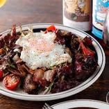 岩中豚ベーコンと砂肝のコンフィのリヨネーズ風サラダ