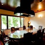 落ち着いた雰囲気で最高のステーキをお楽しみください。ゆったりとした空間は接待にも最適です。