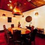 個室(最大10名様)以外にも、カウンター席、鉄板を囲むテーブル席をご用意
