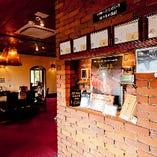 神戸煉瓦倉庫をイメージした煉瓦造りの店内