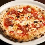 スパイシーな味がお好みの方におすすめの「ピッカンテ」トマトソース、モッツァレラ、サラミ、ブラックオリーブに、カラブリア唐辛子のパンチのある辛味がアクセント。