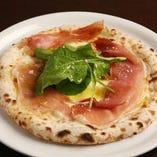 イタリア産プロシュートを贅沢にトッピングしたピッツァ「プロシュート」。プロシュートの旨みと塩気が、小麦の滋味あふれる自家製生地とベストマッチ。