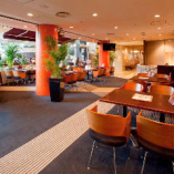 本場のピッツェリアをイメージした明るい店内。天窓から太陽光が降り注ぐホテルのロビーに面した開放感あふれる空間です。