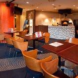 【メインテーブル席】ピッツァの焼きあがる香りが漂うライブ感溢れる空間|2~26名様