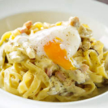 もちもちの生パスタを使った「半熟卵のカルボナーラ」。濃厚クリーミーなソースとベーコン、とろりととろける半熟卵のハーモニーをご堪能ください。