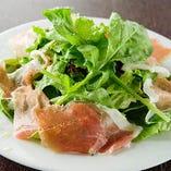 人気の「生ハムとルッコラのサラダ」。生ハムの旨みと塩気、豊かな香りとほどよい苦みのルッコラの組み合わせがクセになる大人のサラダです。