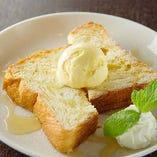 リッチな味わいのデニッシュ食パンと使った「ハニートースト」。はちみつと熱々デニッシュ、バニラアイスが奏でる幸せな甘さをぜひ。