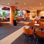 アパホテル1Fのカジュアルで陽気なバル空間。14~20名様半個室も