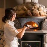 名物のピッツァを焼き上げる石窯は、群馬県の工房ガンジョーネ製のもの。高温で一気に焼き上げることができ、もちもち食感としっかりした焦げ目が楽しめます。