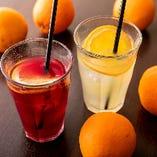 フルーツをたっぷり使った「サングリア」は赤と白の2種をご用意。瑞々しいフルーツの味と香りをお楽しみいただけます。