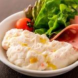 根強い人気のサイドメニュー「ポテトサラダ」。マッシュしたポテトにマヨネーズやオリーブオイルを加えた軽やかな食感のポテサラです。