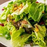 野菜をたくさん召し上がっていただきたいから、当店のサラダはいずれもボリューム満点。中でも「グリーンサラダ」は、新鮮なシャキシャキのグリーン野菜をたっぷりと。オリジナルドレッシングでもりもりと楽しんでいただけます。