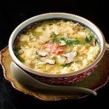北海道産のだし昆布と天日干しした削り節で引いた贅沢な一番だしを使った「かに雑炊」かにとだしのおいしさが重層的に楽しめる、旨みの詰まった雑炊です。ランチ、ディナーとも提供しています。