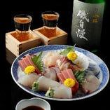月替わりの地酒は約50種!人気銘柄から季節の新酒、新進気鋭の杜氏が手掛ける希少酒まで幅広い日本酒が揃います。端正な和食とのマリアージュをご堪能ください。
