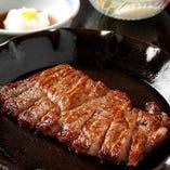とろける舌触りが楽しめるA5ランクの「特選和牛サーロインステーキ」。プロの火入れ技で絶妙なレアに仕上げました。口に運べば肉汁がじゅわっと溢れます。和牛ならではの濃厚なコクとパワフルな旨み、しっとり柔らかな食感をお楽しみください。