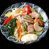 貝類、海老、かになど、海の幸を贅沢にトッピングした「シーフードサラダ」は、酒肴としても人気の一品。魚介の味をひきたてる、自家製ドレッシングでどうぞ。