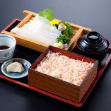 名物「かに飯」と人気の「いかソーメン」の両方が楽しめるランチの「いかソーメン定食」。かに飯は、カツオ昆布だしでふっくら炊き上げた茶飯の上に、甘みの強いずわいがにのほぐし身がたっぷり。函館産のやわらかないかソーメンとともに、北海の美味をご堪能ください。