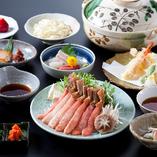 通年でかにしゃぶが楽しめる人気No.1「特選かにしゃぶコース」。身がぎっしり詰まったずわいがにを昆布だしにさっとくぐらせて食せば、上品な旨みと甘みが口いっぱいに。旬の刺身、函館蒸し、天ぷらなど大満足の8品仕立てです。
