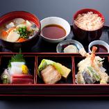 かに猿を代表する魚介料理を織り込んだ「かに猿御膳」。旬の鮮魚の刺身、焼き魚、天ぷら、かに飯、かに大名椀など、当店自慢の美味づくし。ランチ、ディナーとも提供しています。