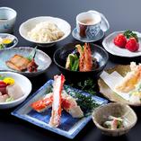 かにも鮮魚も楽しみたい方におすすめの「特選たらばがにコース」。主役の「たらばがに」に、「かに飯」「かに汁」、旬の鮮魚の刺身や天ぷら、「魚の味噌漬焼」や煮物なども織り交ぜた、豪華10品コースです。