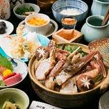 秋冬のイチオシ「かに鍋コース」は、ずわいがに、たらばがに、毛がに、渡りがにの4種のかにの味噌鍋が主役の7品仕立て。名物「かにグラタン」「天ぷら」も付く豪華コースです。