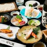ずわいがにの天ぷらとたらばがにが主役の8品仕立ての「かに天コース」。「かに味噌サラダ」に酒粕入りの秘伝味噌で漬け込む「魚の味噌漬焼」など、日本酒が進むメニューも充実。しっかり飲みたい方にもおすすめのコースです。