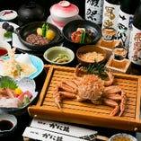 当店最高級の「特選かに猿コース」は、毛がに1尾&A5和牛ヒレステーキなど美食づくしの10品仕立て。旬の天然魚の刺身や天ぷら、名物「かに飯」など、贅を尽くしたコースです。