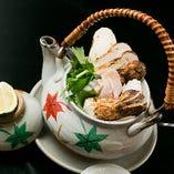 香り高い松茸を贅沢に使った秋の味覚「松茸土瓶蒸し」。蓋を外せば、松茸にはも、えびや鶏肉などの素材とだしの風味が重なり、得も言われぬ芳しい香りが立ち上ります。すだちをぎゅっと絞ってどうぞ。