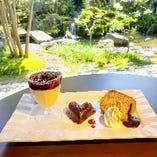 てづくり濃厚プリンブラックベリーソースかけ&ガトーショコラ&シフォンケーキ