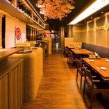桜の装飾に彩られた上品で華やかな店内で接待,デート,会食を。