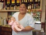 千賀の浦部屋の升ノ山関、麗園の孫娘千麗ちゃんを抱っこ!満足!
